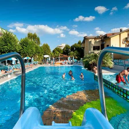 piscina semi olimpionica per adulti con trampolino e scivolo d'acqua